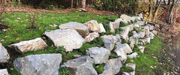 Aménagement des berges - mur de soutènement - mur en blocs de pierres végétalisé